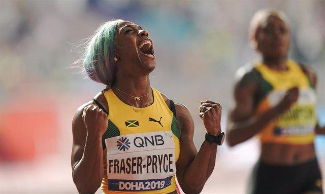 La jamaicana Shelly-Ann Fraser Pryce celebra su oro en los 100 metros del Mundial de Doha de 2019