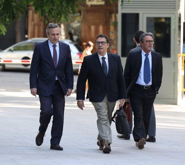 L'historiador Josep Lluís Alay (E), que va ser detingut a Alemanya quan acompanyava Puigdemont, arriba a l'Audiència Nacional.