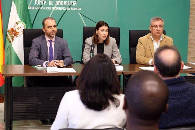 La directora general de Políticas Migratorias, Mar Ahumada, y el delegado territorial en Sevilla de Turismo, Regeneración, Justicia y Administración Local, Javier Millán, durante la presentación