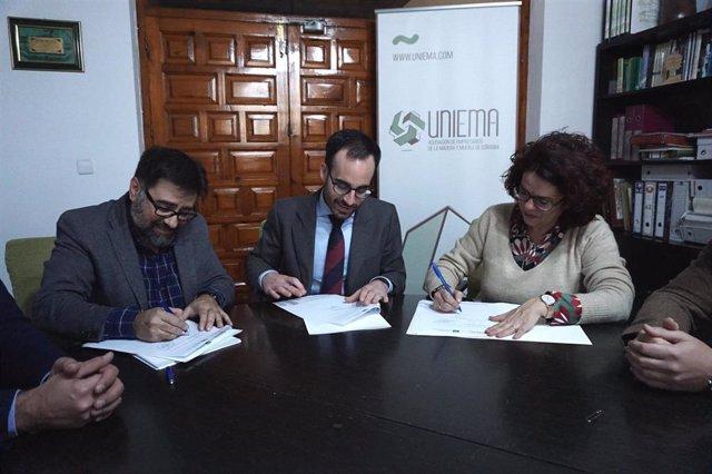 Herrador (centro), en la firma de adhesión de Castro del Río al 'Pacto por la Consolidación de la Industria de la Madera y el Mueble'