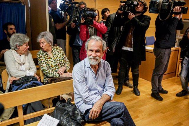 L'actor Willy Toledo, assegut al banc dels acusats, Madrid (Espanya), 17 de febrer del 2020.