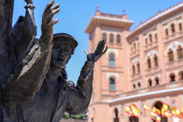 """Estatuta del torero José Cubero """"Yiyo"""", obra del escultor Luis Sanguino, situada en el exterior de la Plaza de Toros de las Ventas de Madrid."""