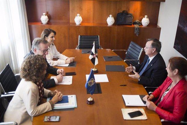 Los presidentes de Ceuta, Juan Vivas, y Melilla, Eduardo de Castro, presentes en el acto de firma de una declaración institucional
