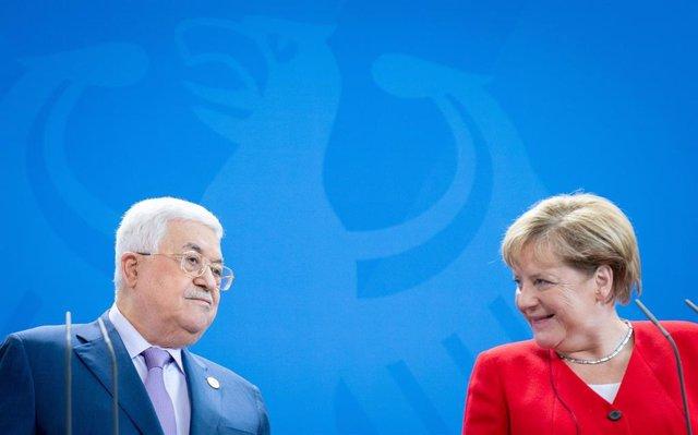 El presidente de la Autoridad Palestina, Mahmud Abbas, junto a la canciller alemana, Angela Merkel.