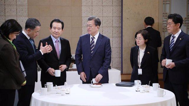 El presidente de Corea del Sur, Moon Jae In, situado en el centro acompañado de miembros del Gobierno en Seúl
