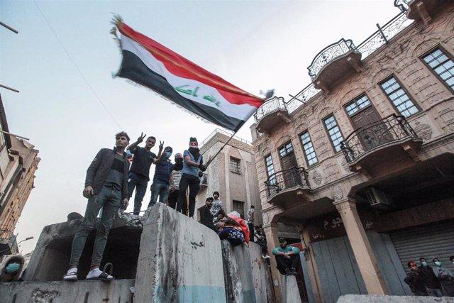 Manifestantes en una barricada en Bagdad