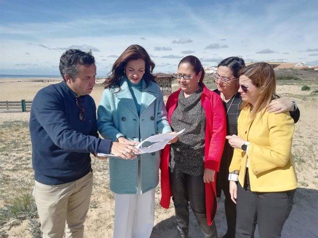 La delegada territorial de Turismo en Huelva, María Ángeles Muriel, durante su visita a Punta Umbría
