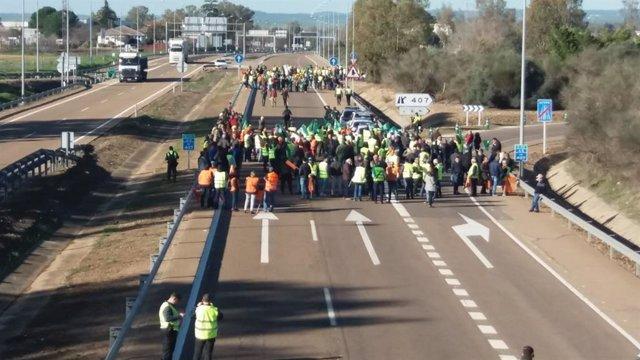 Agricultores cortan la autovía A-5 a la salida de Badajoz en sentido Portugal