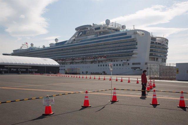 El crucero 'Diamond Princess', anclado en el puerto de Yokohama, cerca de Tokio, en Japón