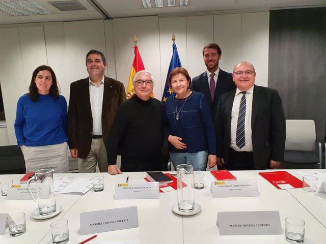 El ministro de Universidades, Manuel Castells (en el centro de la imagen), junto a representantes de UGT y miembros de su equipo en el Ministerio.