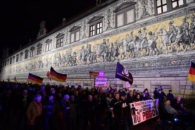 17 de febrer del 2020, Saxònia, Dresden: Seguidors del moviment xenòfob Pegida. Foto: Robert Michael/dpa-Zentralbild/dpa