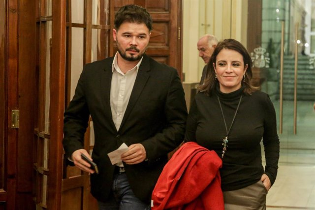 El portaveu d'Esquerra Republicana (ERC) al Congrés,  Gabriel Rufián, i la portaveu del PSOE, Adriana Lastra, als passadissos del Congrés
