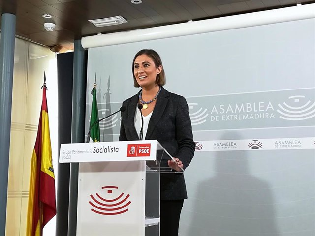 La portavoz del PSOE en la Asamblea de Extremadura, Lara Garlito, en rueda de prensa tras la Junta de Portavoces en la Cámara regional