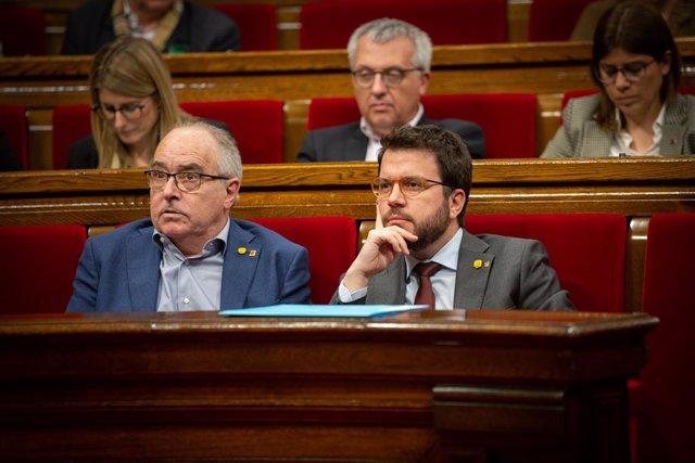 El conseller d'Educació, Josep Bargalló, i el vicepresident de la Generalitat, Pere Aragonès, en un ple al Parlament de Catalunya, a Barcelona /Catalunya (Espanya), a 11 de febrer del 2020.