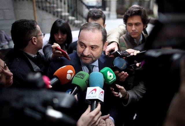 El ministro de Transportes, Movilidad y Agenda Urbana, José Luis Ábalos, atiende a los medios de comunicación
