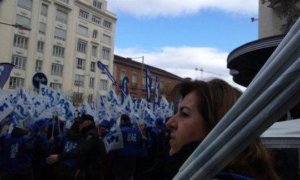 Representantes de Sanidad y Educación reciben a los técnicos en cuidados de enfermería, que se manifiestan por Madrid