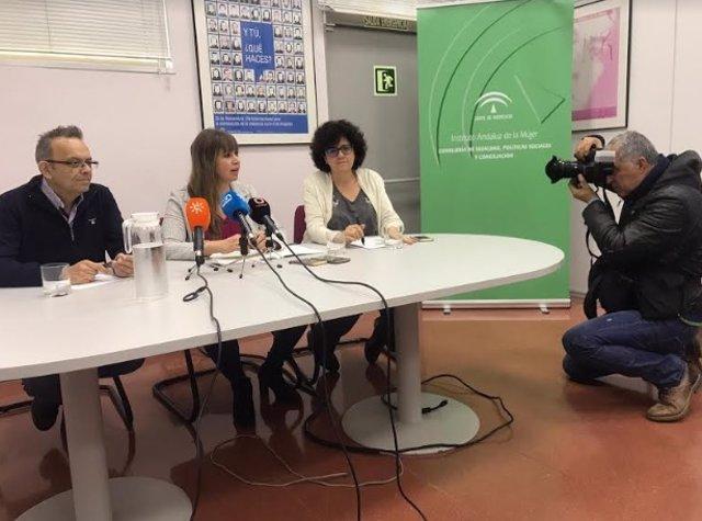 Lourdes Arroyo (centro) presenta los datos del IAM en Córdoba