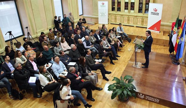 El presidnete de la Diputación de BAdajoz, Miguel Angel Gallardo, presenta el plan de Promedio a las localidades