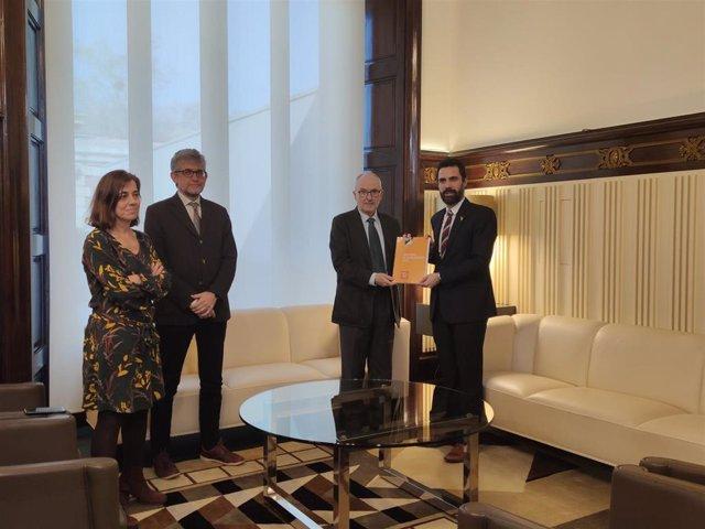 El equipo del Síndic de Greuges y el presidente del Parlament de Catalunya, Roger Torrent, durante la presentación del informe