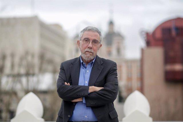 El economista estadounidense Paul Krugman, posa tras su entrevista con Europa Press en la Fundación Rafael del Pino, en Madrid (España) a 17 de febrero de 2020.
