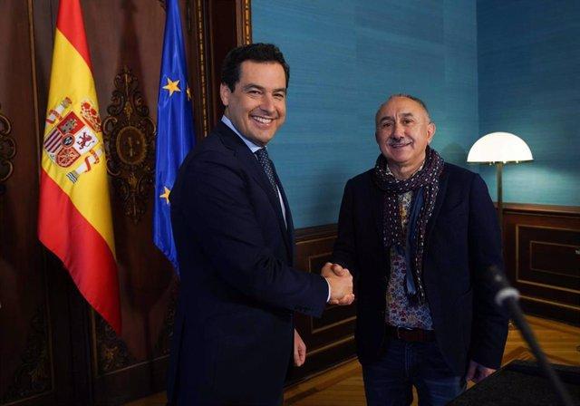 El presidente de la Junta, Juanma Moreno, estrecha la mano del secretario general de UGT, Pepe Álvarez, este martes en el Palacio de San Telmo.
