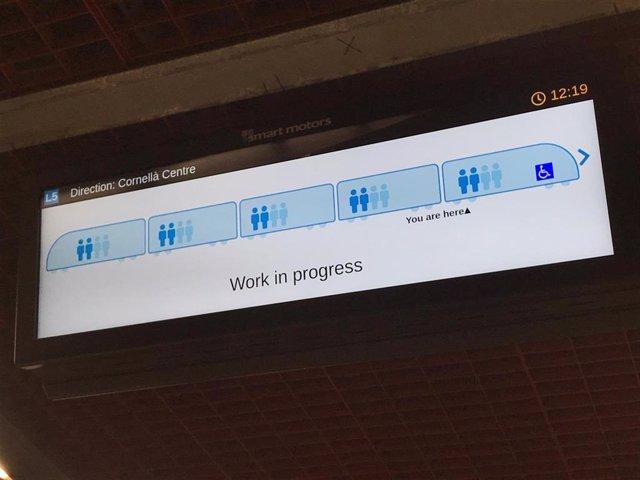 Nova pantalla a l'estació de la L5 del Metro de Barcelona que indica el nivell d'ocupació del proper tren.