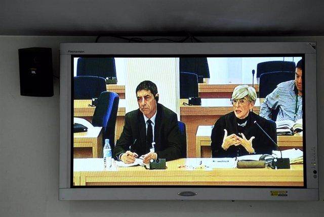 El mayor de los Mossos d'Esquadra, Josep Lluís Trapero y su abogada, Olga Tubau, durante la jornada del juicio a la cúpula de los Mossos d'Esquadra por los hechos ocurridos el 1-O, en la que declara la secretaria judicial que salió por la azotea el 20 de