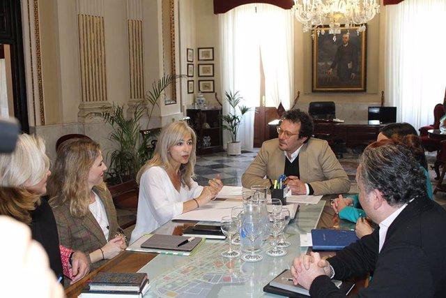 La consejera de Cultura y Patrimonio Histórico, Patricia del Pozo, en una reunión con el alcalde de Cádiz, José María González