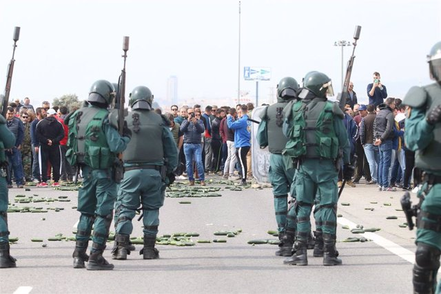 Agricultores cortan la A-7 en El Ejido (Almería) en protesta por la situación del sector hortofrutícola