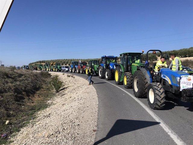 Un momento de la tractorada llevada a cabo en la A-45, en Lucena (Córdoba).