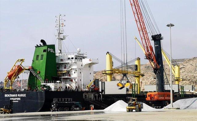 Actividad de carga de graneles en el muelle de Pechina del puerto de Almería