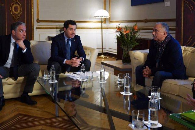 El consejero de la Presidencia, Elías Bendodo, el presidente de la Junta, Juanma Moreno, y el secretario general de UGT, Pepe Álvarez, en la reunión celebrada este martes en el Palacio de San Telmo.