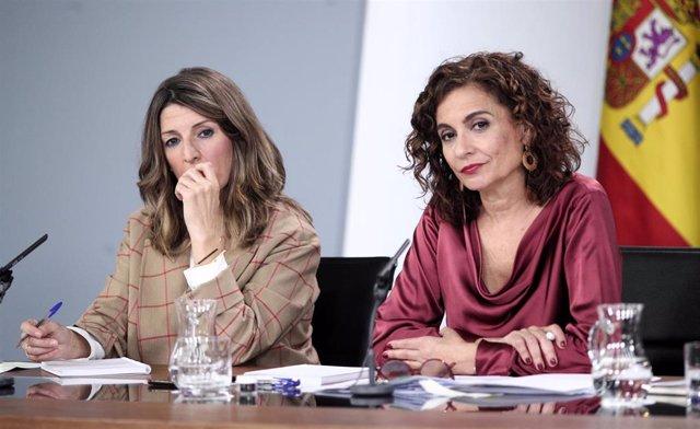 La ministra de Trabajo y Economía Social, Yolanda Díaz (izq) y la ministra Portavoz y de Hacienda, María Jesús Montero (dech), comparecen en rueda de prensa tras el Consejo de Ministros en Moncloa, en Madrid (España), a 18 de febrero de 2020.