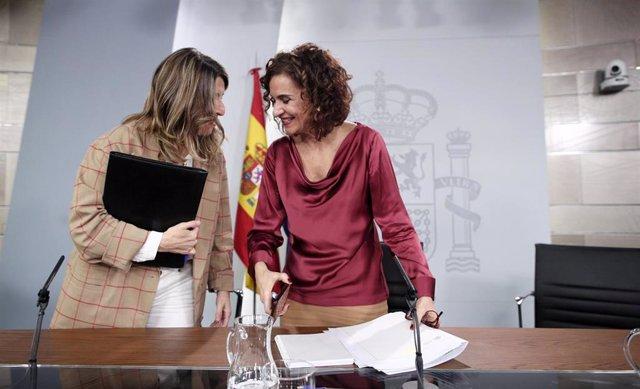La ministra de Trabajo y Economía Social, Yolanda Díaz, y la ministra portavoz y de Hacienda, María Jesús Montero, al finalizar la rueda de prensa tras el Consejo de Ministros en Moncloa.