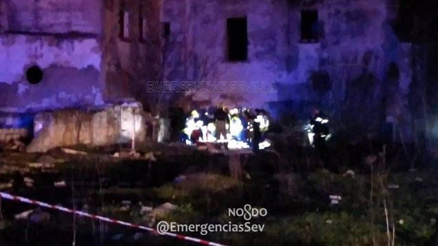 Dispositivos de emergencia en la zona de Torreblanca donde se localizó a un menor de 17 años fallecido por la caída de un muro