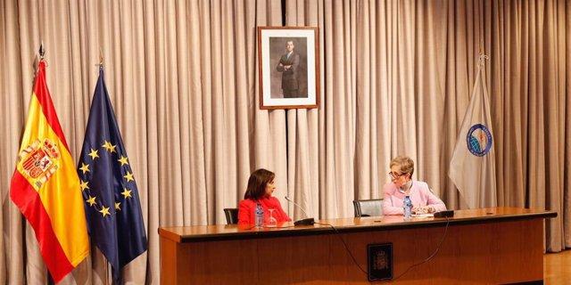 La ministra de Defensa, Margarita Robles, y la directora del CNI, Paz Esteban, en una visita al Centro