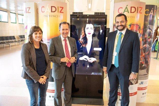 El vicepresidente primero de la Diputación de Cádiz y diputado de Turismo, José María Román, en la presentación del asistente virtual de información en el aeropuerto de Jerez