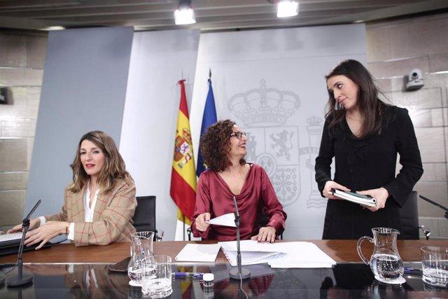 La ministra de Trabajo y Economía Social, Yolanda Díaz; la ministra Portavoz y de Hacienda, María Jesús Montero; y la ministra de Igualdad, Irene Montero
