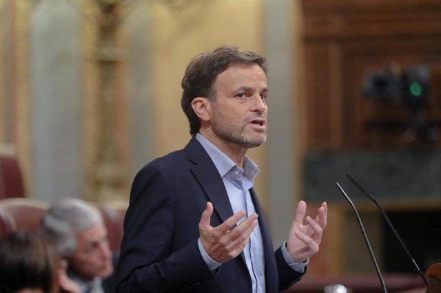 El portavoz parlamentario de En Comú Podem, Jaume Asens, interviene desde la tribuna en el debate sobre la toma en consideración de la proposición de ley de la derogación del plazo máximo previsto para la instrucción en la Ley de Enjuiciamiento Criminal,