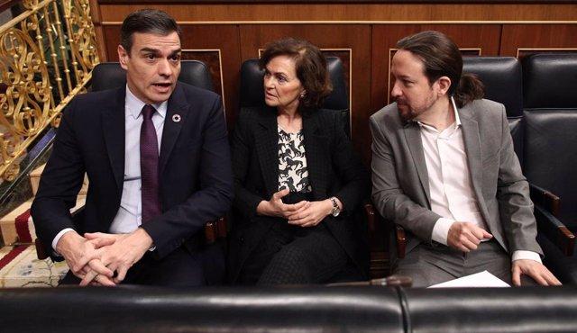 El presidente Pedro Sánche con la vicepresidenta primera, Carmen Calvo, y el vicepresidente segundo Pablo Iglesias, en el banco azul