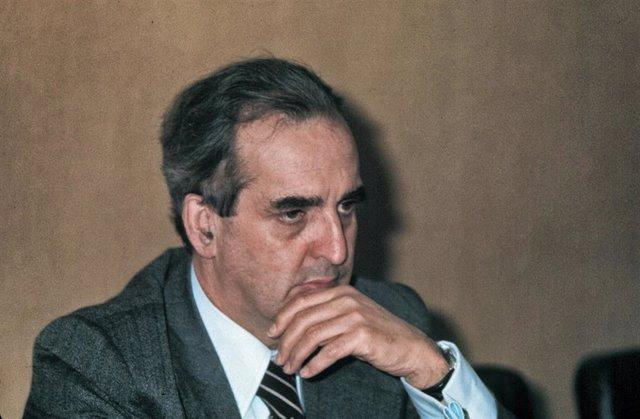 Foto de Archivo: El exministro socialista de Asuntos Exteriores Fernando Morán en una imgen de 1998.