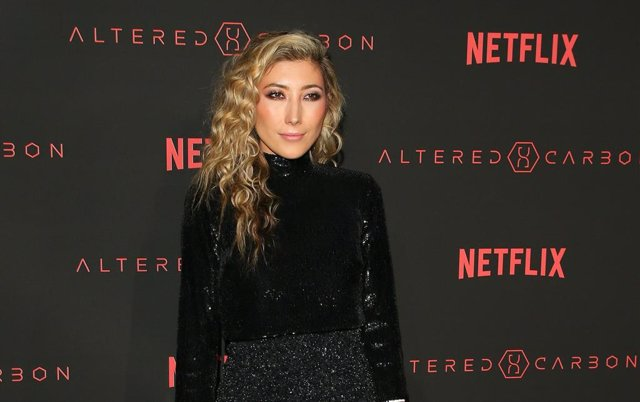 Dichen Lachman en la premiere de Altered Carbon