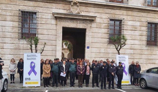Gloria Calero, en el centro de la imagen, durante la concentración en València por el asesinato de una mujer en Moraira.