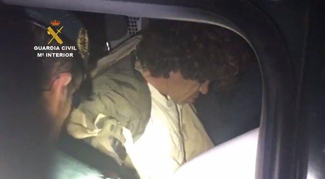 Agentes de la Guardia Civil detienen a Luciano José Simón Gómez, el hombre conocido como el 'Rambo de Cantabria' que se atrincheró en su casa en la localidad de Turieno y disparó contra los efectivos de la Guardia Civil antes de darse a la fuga
