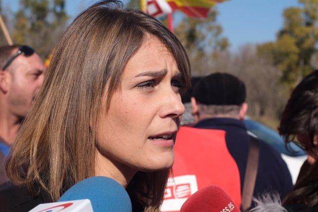 La presidenta de CatECP al Parlament, Jèssica Albiach, ofereix declaracions als mitjans de comunicació per valorar la vaga del sector petroquímic a Tarragona.
