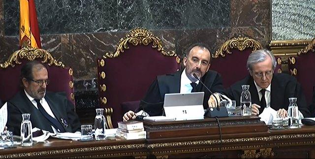 (E-D) El magistrat, Andrés Martínez Arrieta, el president del tribunal, Manuel Marchena i el magistrat, Juan Ramón Berdugo, durant la jornada 48 del judici del procés al Tribunal Suprem.