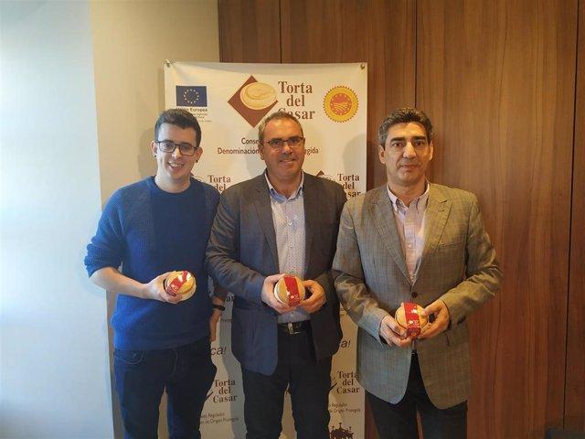 Miguel Ángel Diaz, Ángel Pacheco y Javier Muñoz en la presentación de los datos económicos de la  DOP Torta del Casar