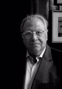 El poeta Jaime Siles es el presidente del jurado del Premio de Poesía Flor de Jara de la Diputación de Cáceres