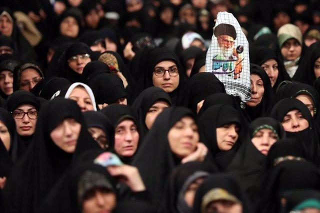 Mujeres en Irán con un retrato del ayatolá Alí Jamenei