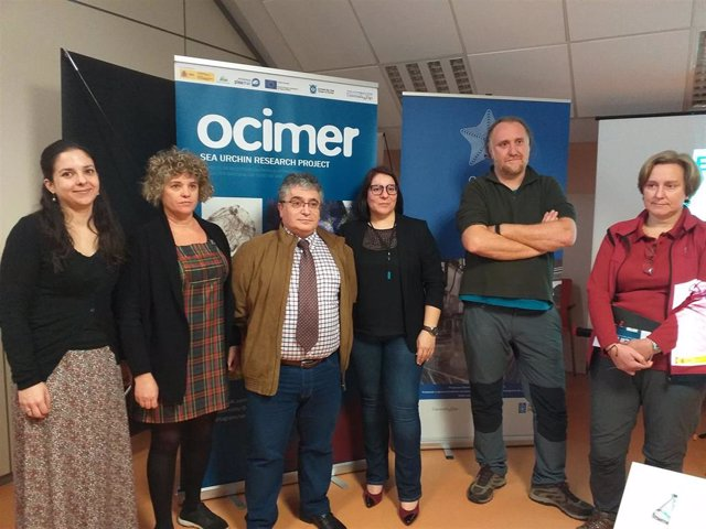 El director de la Estación de Ciencias Marinas de Toralla, José Manuel García (en el centro con corbata) y otros responsables del proyecto Ocimer para la repoblación de erizo marino, durante la presentación de la iniciativa.